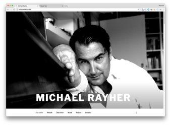 Michael Rayher lehnt an seinem Flügel und blickt uns an